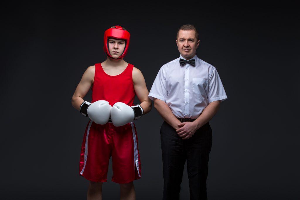 Boxeur avec un arbitre de boxe anglaise